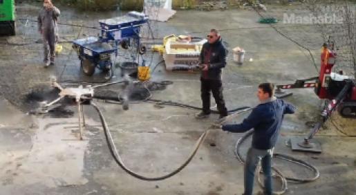 Drone ingezet om gevel te spuiten met leem
